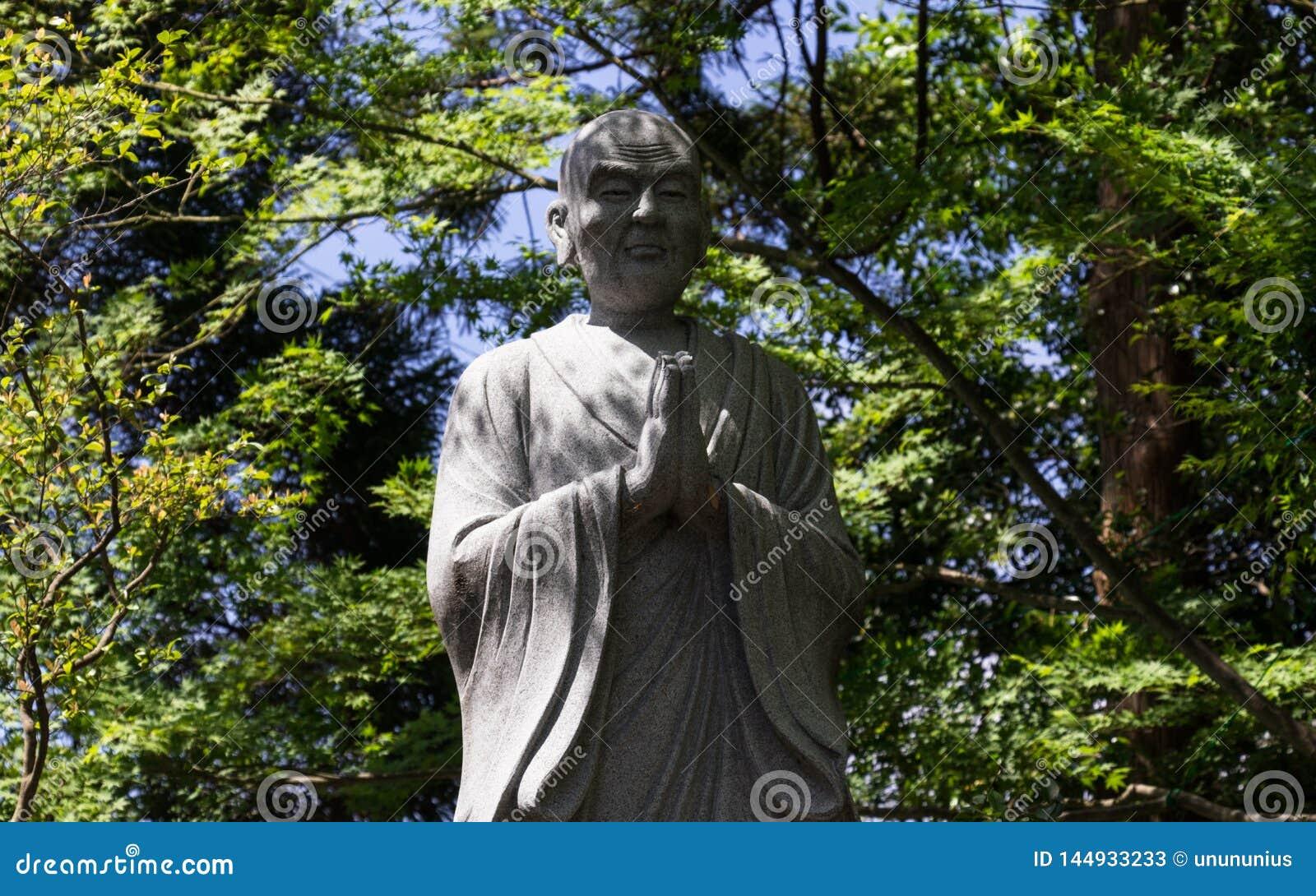 Monument van het Bidden, boeddhistische monnik Groene vegetatie op de achtergrond