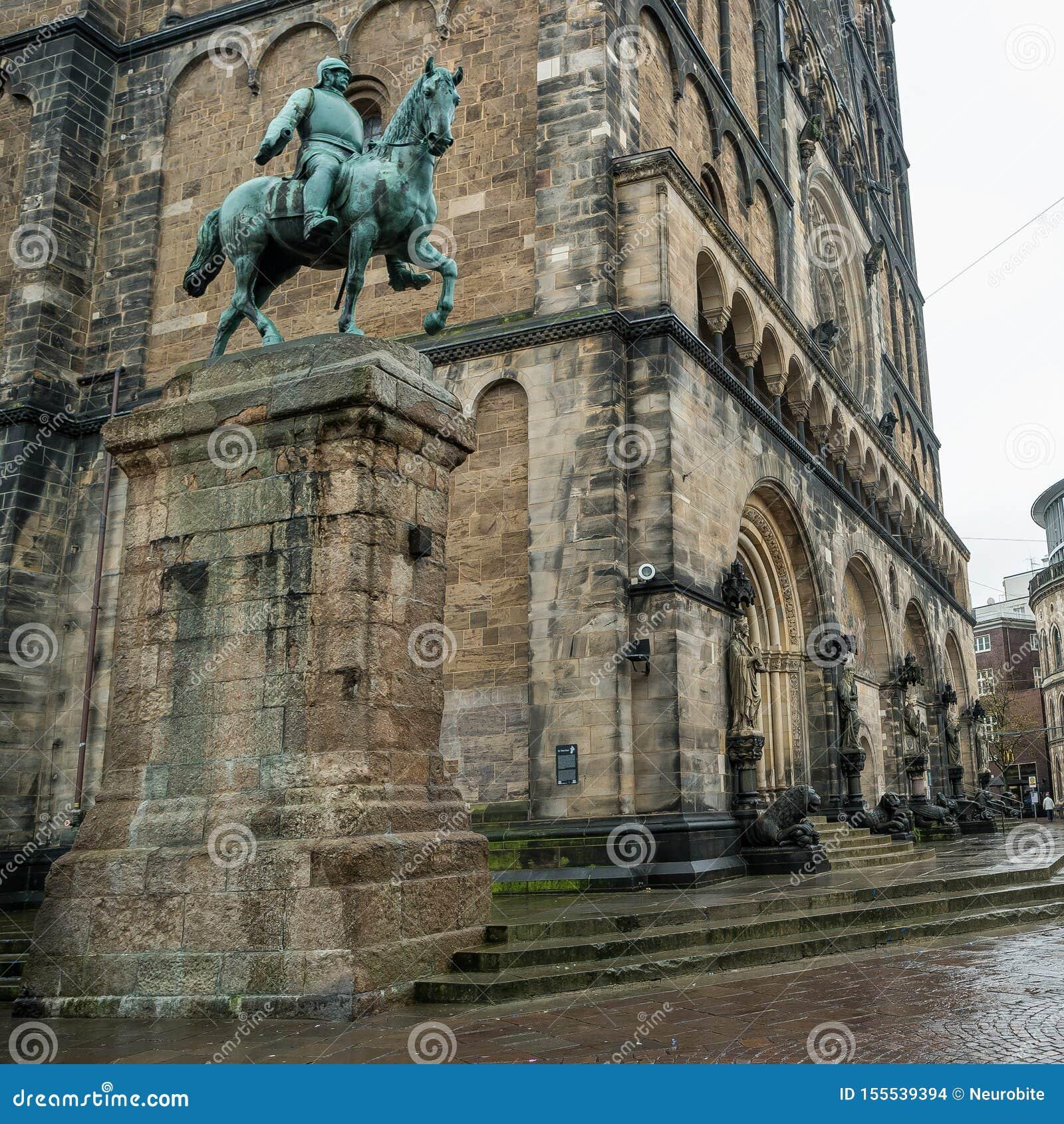 Monument von Otto von Bismarck, deutscher Kanzler vor Kathedrale in Bremen, Deutschland, Herbst