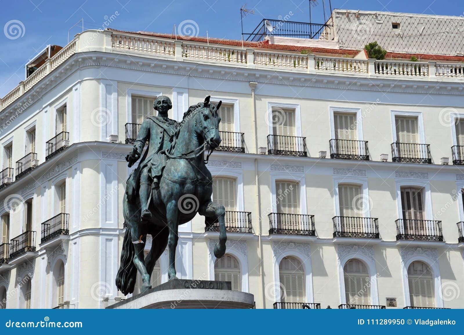 Monumentet som gör till kung Charles III på Puerta del Sol