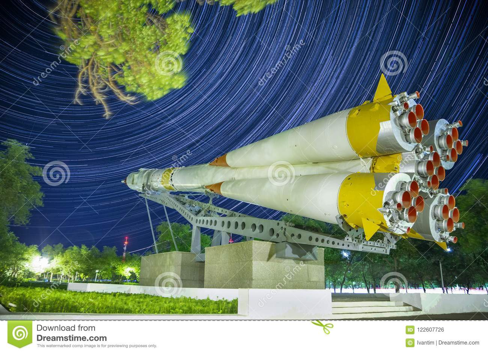 Monumento al razzo di Soyuz Fondo di Startrails