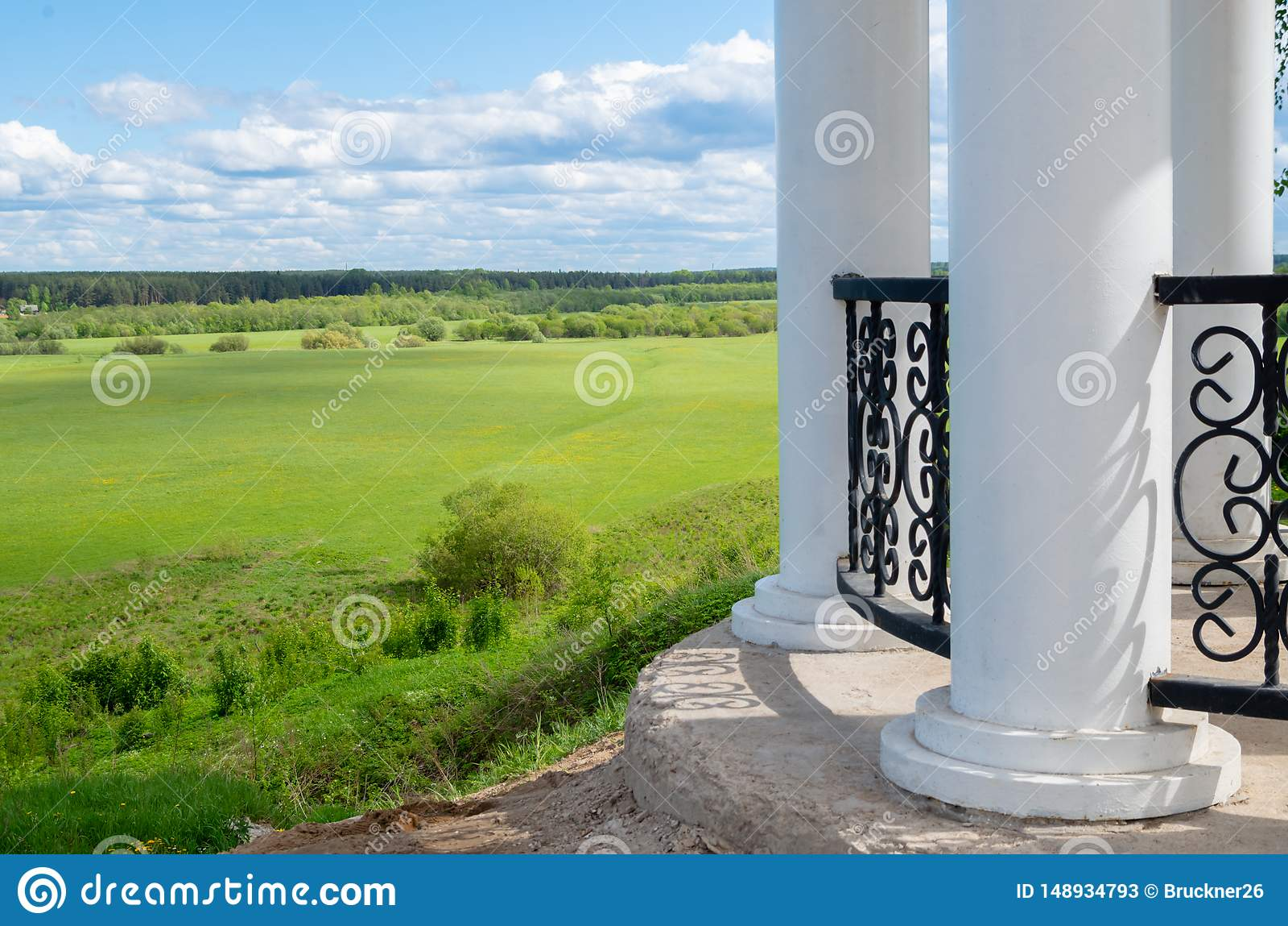 Monumento branco com colunas