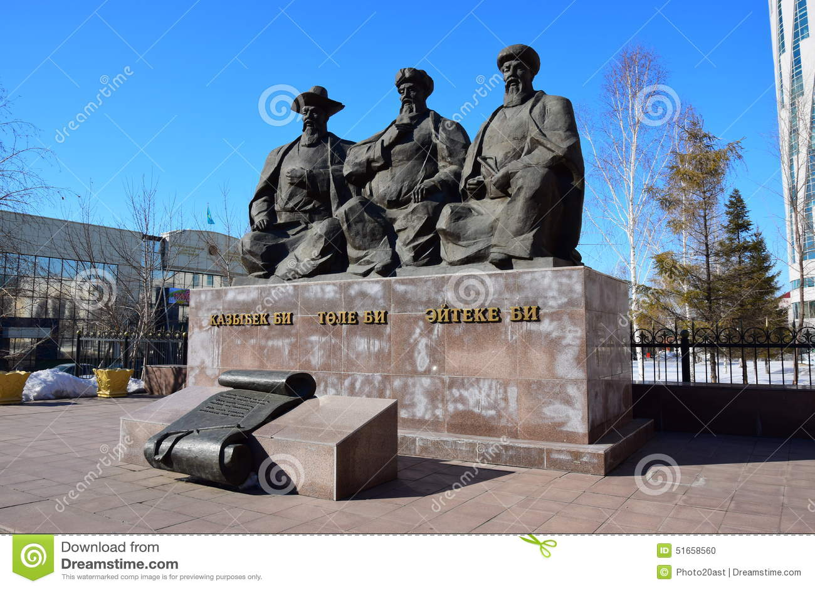 Monumento che caratterizza i tre grandi giudici a Astana