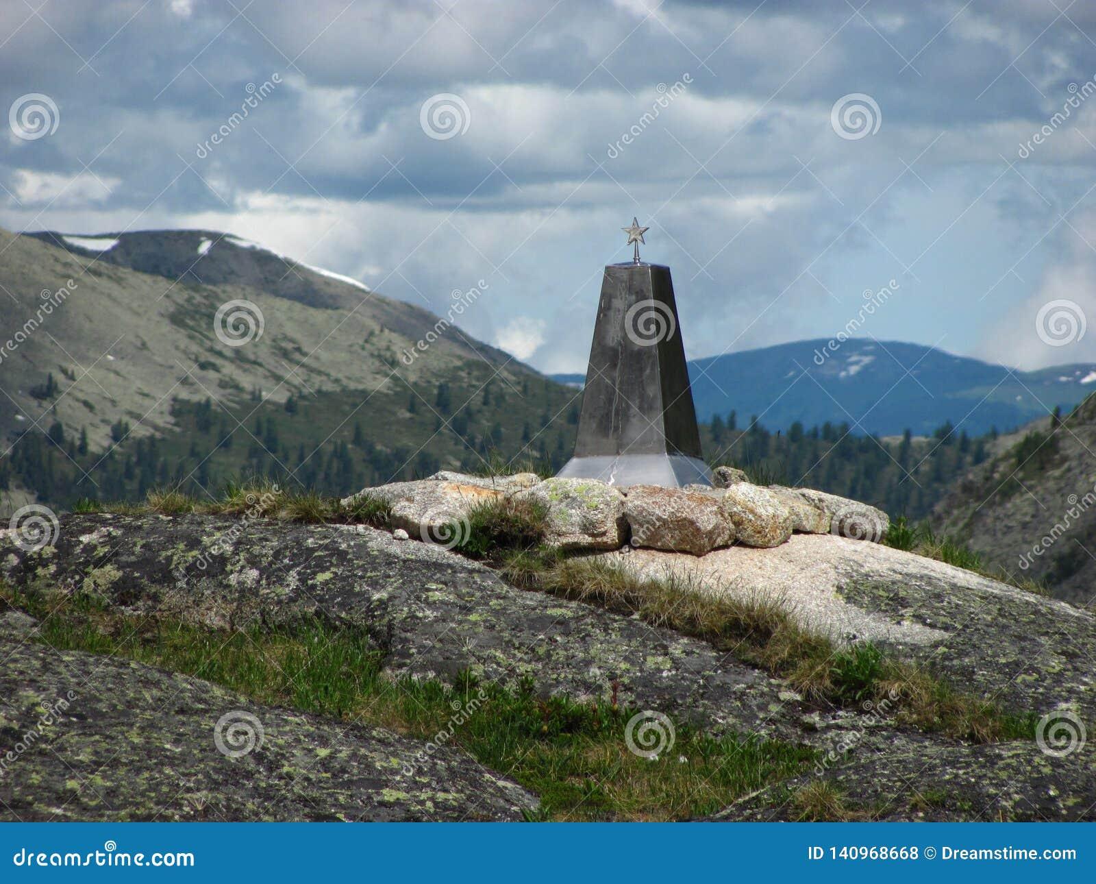 Monumento com uma estrela no fundo dos montes