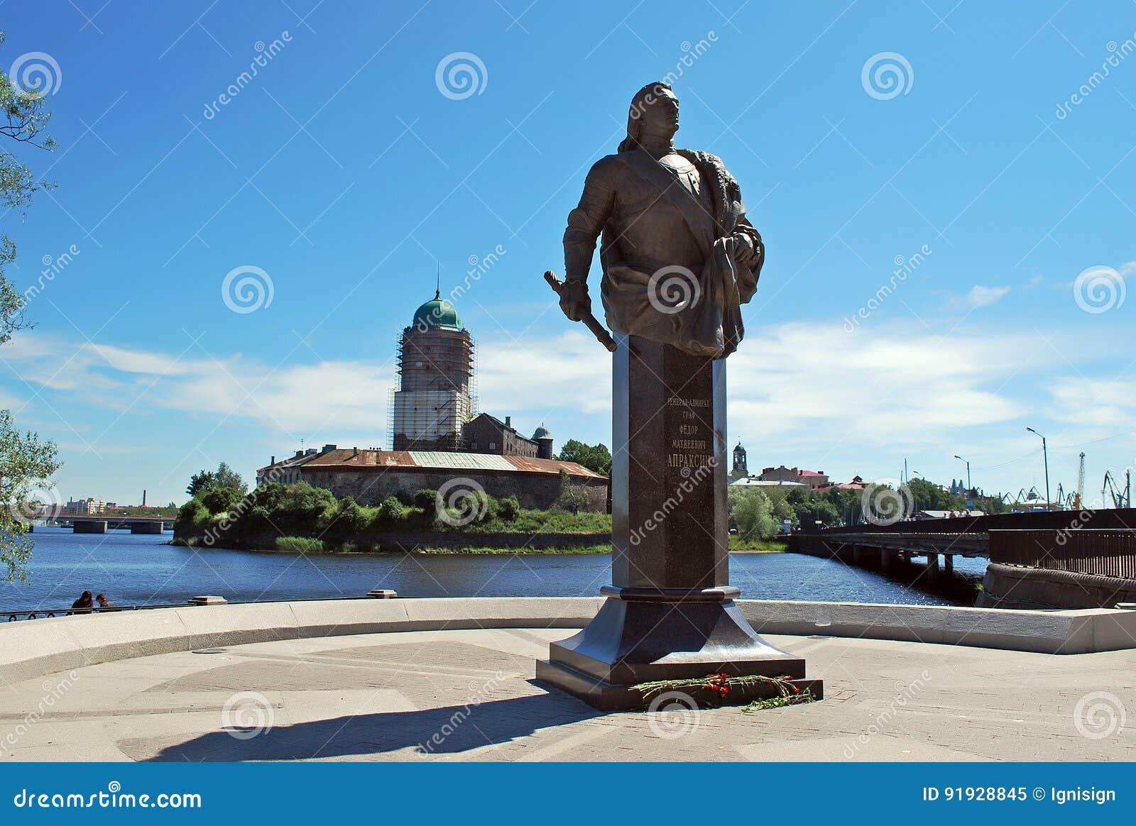 Monumento da contagem F M Apraksin com o castelo de Vyborg