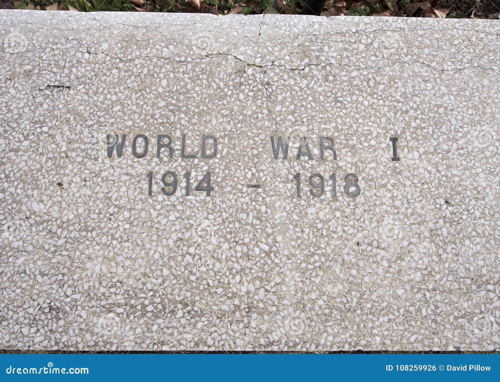 Monumento da guerra da opinião do close up dedicado aos mortos de todas as guerras nos veteranos jardim memorável, Dallas, Texas