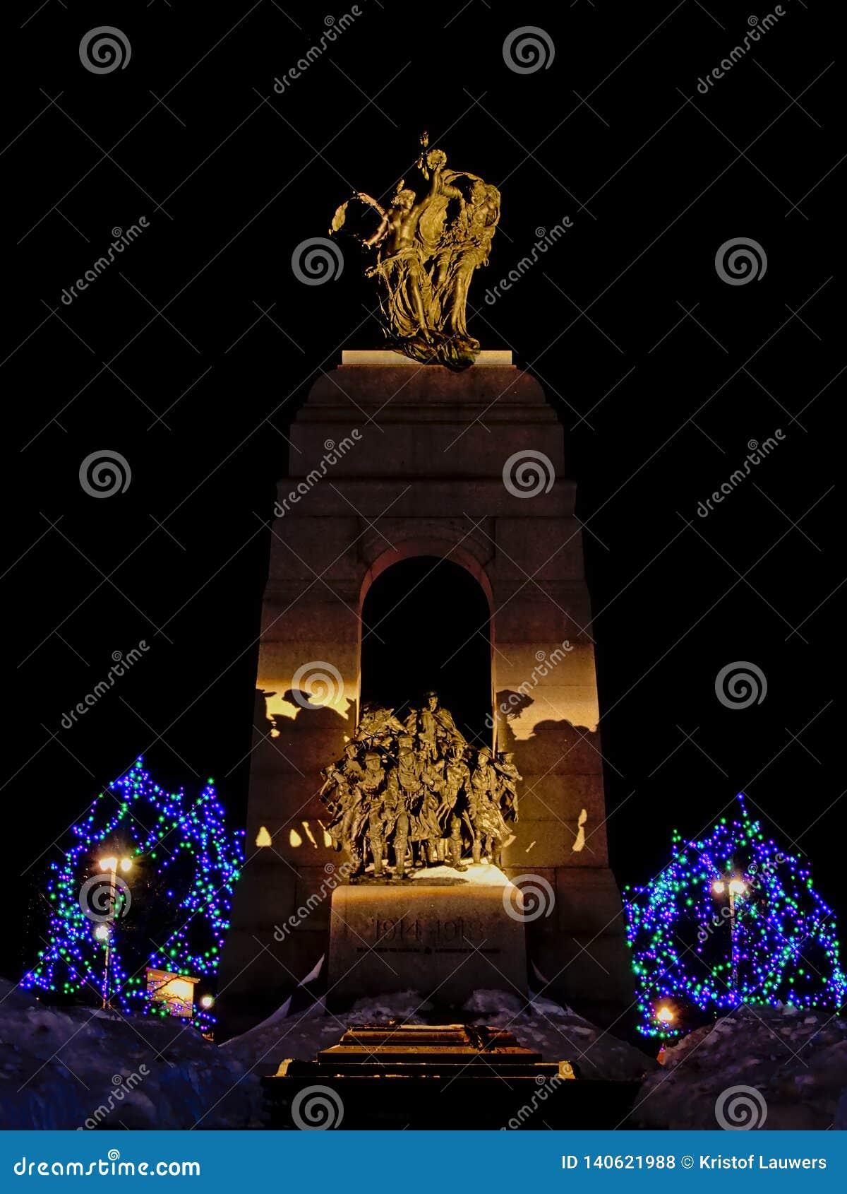 Monumento de guerra nacional, Ottawa, Canadá, en la noche