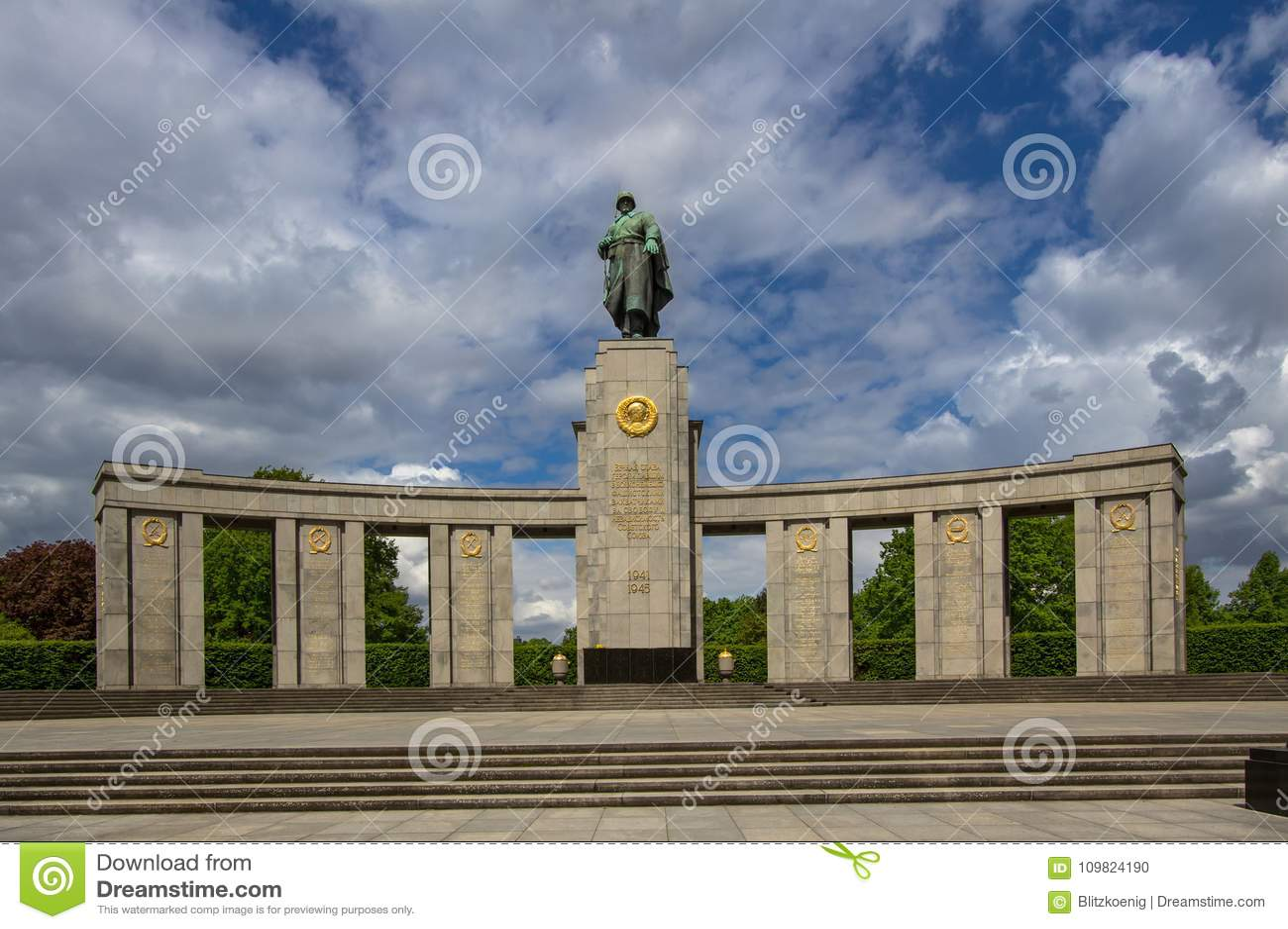 Monumento De Guerra Sovietico En Tiergarten En Berlin Central