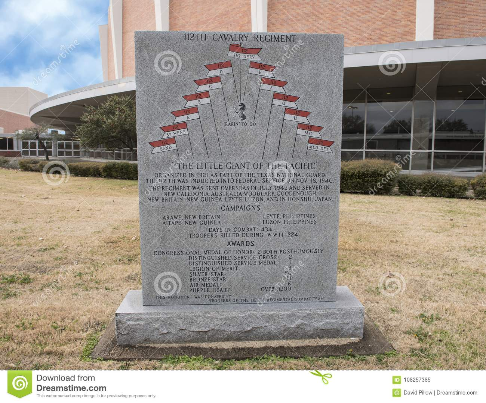 Monumento de la guerra al 112o regimiento del Calvary en el jardín conmemorativo de los veteranos con Dallas Memorial Auditorium
