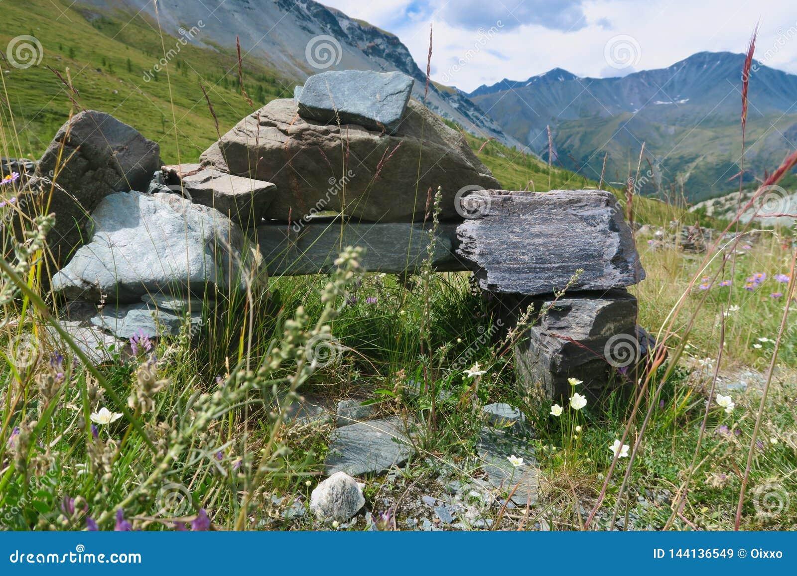 Monumento de pedra no vale da montanha de Yarloo Montanhas de Altai sib?ria R?ssia