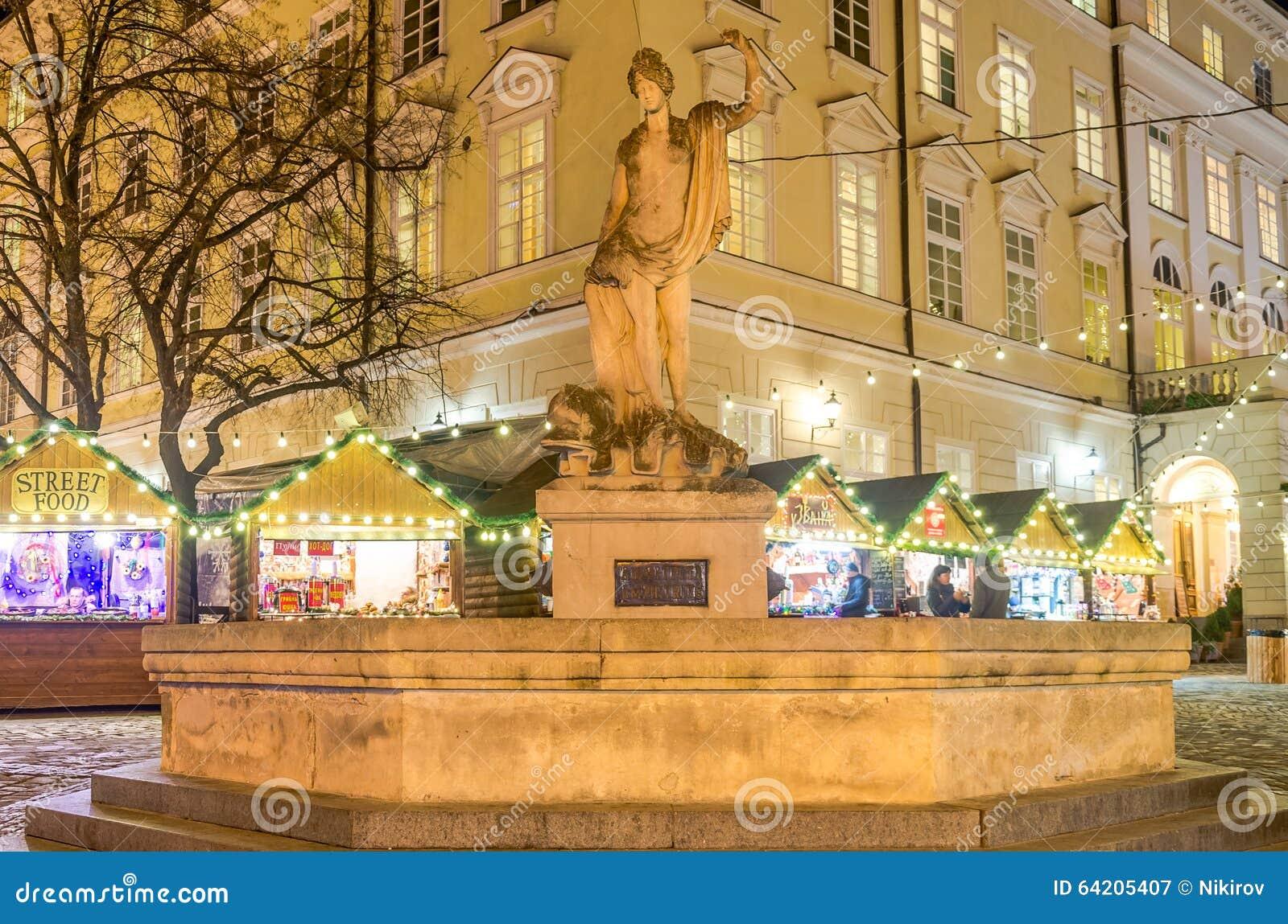 Monumento de piedra de mármol a la diosa Amphitrite bajo la forma de fuente en el fondo de la Navidad justa en el M central