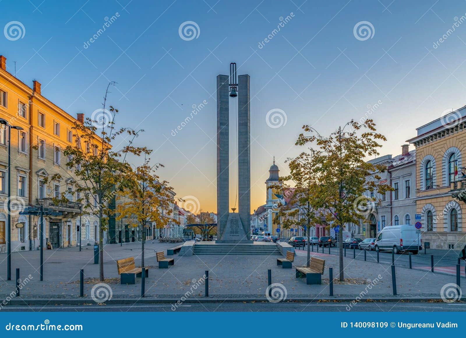 Monumento del memorándum en la avenida de Eroilor, la avenida de los héroes - una avenida central en Cluj-Napoca, Rumania