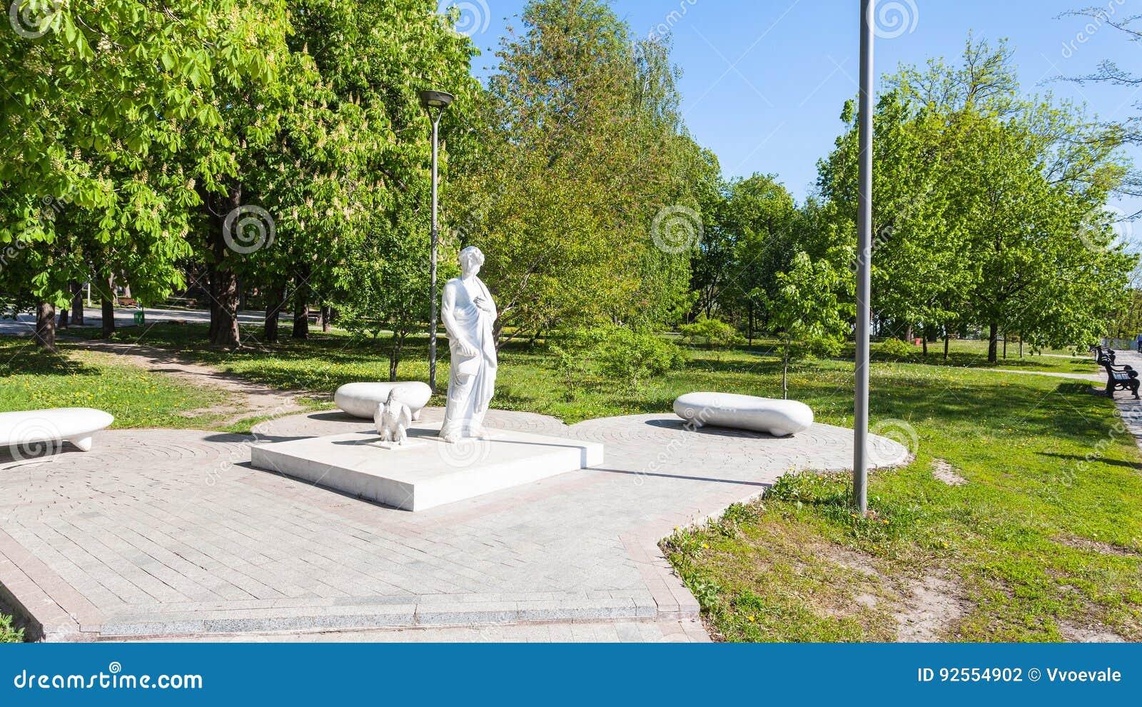 Monumento di Dante Alighieri in parco urbano pubblico