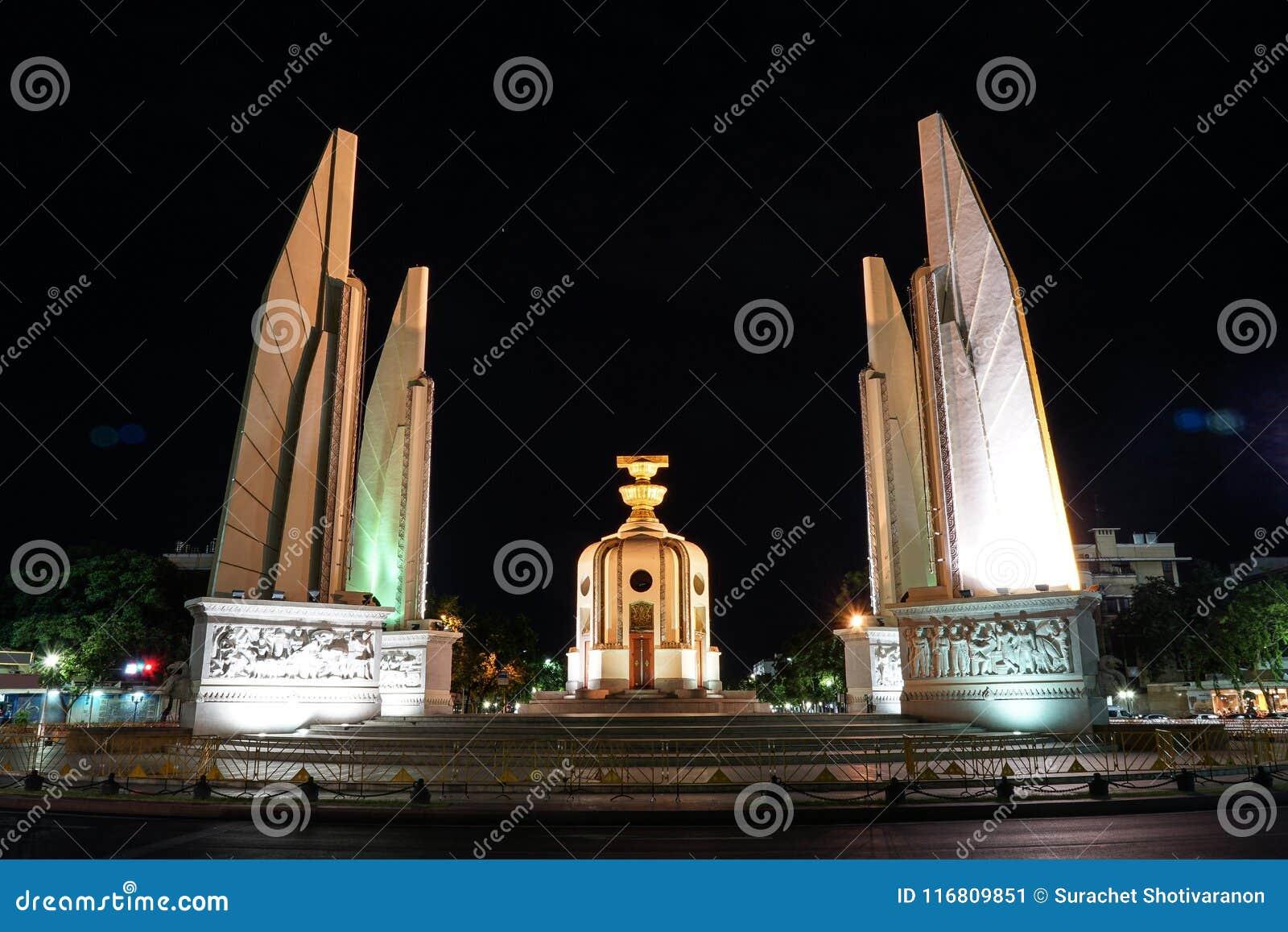 Monumento di democrazia della Tailandia nella notte con la luce dell automobile del movimento