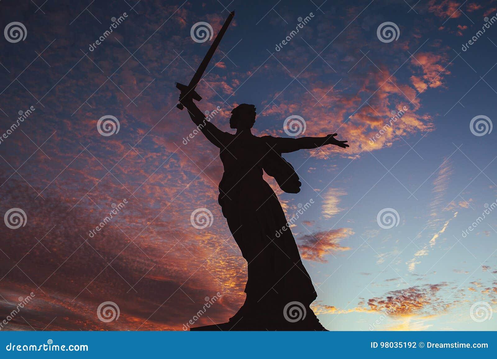 Monumento di Volgograd al cielo di tramonto