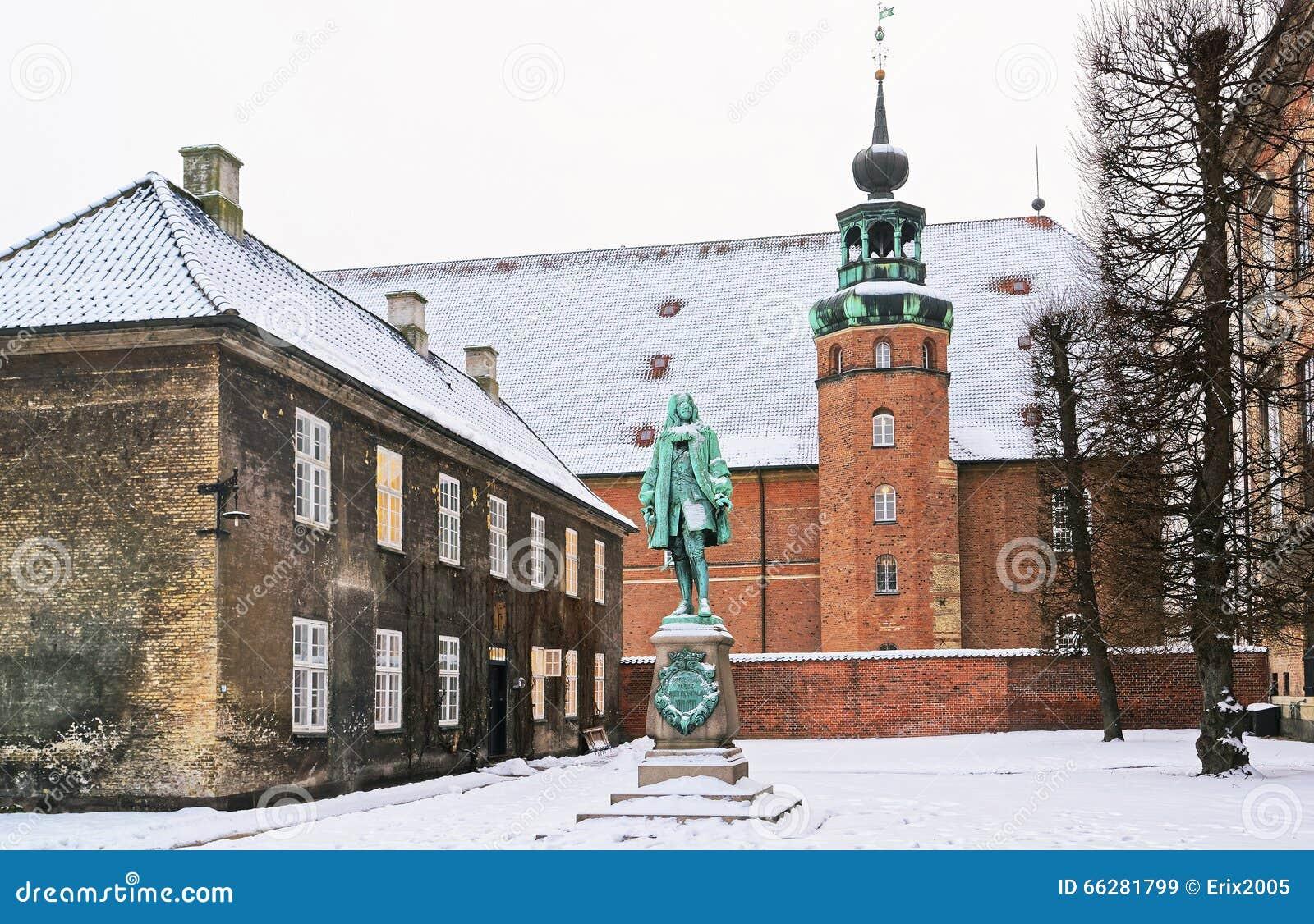 Monumento e torre na biblioteca real em Copenhaga no inverno