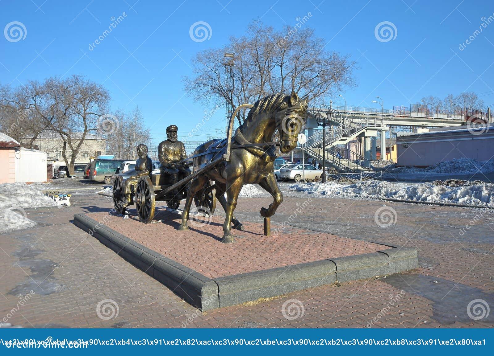 Monumento a los primeros colonos en Birobiyán, Rusia, el Extremo Oriente