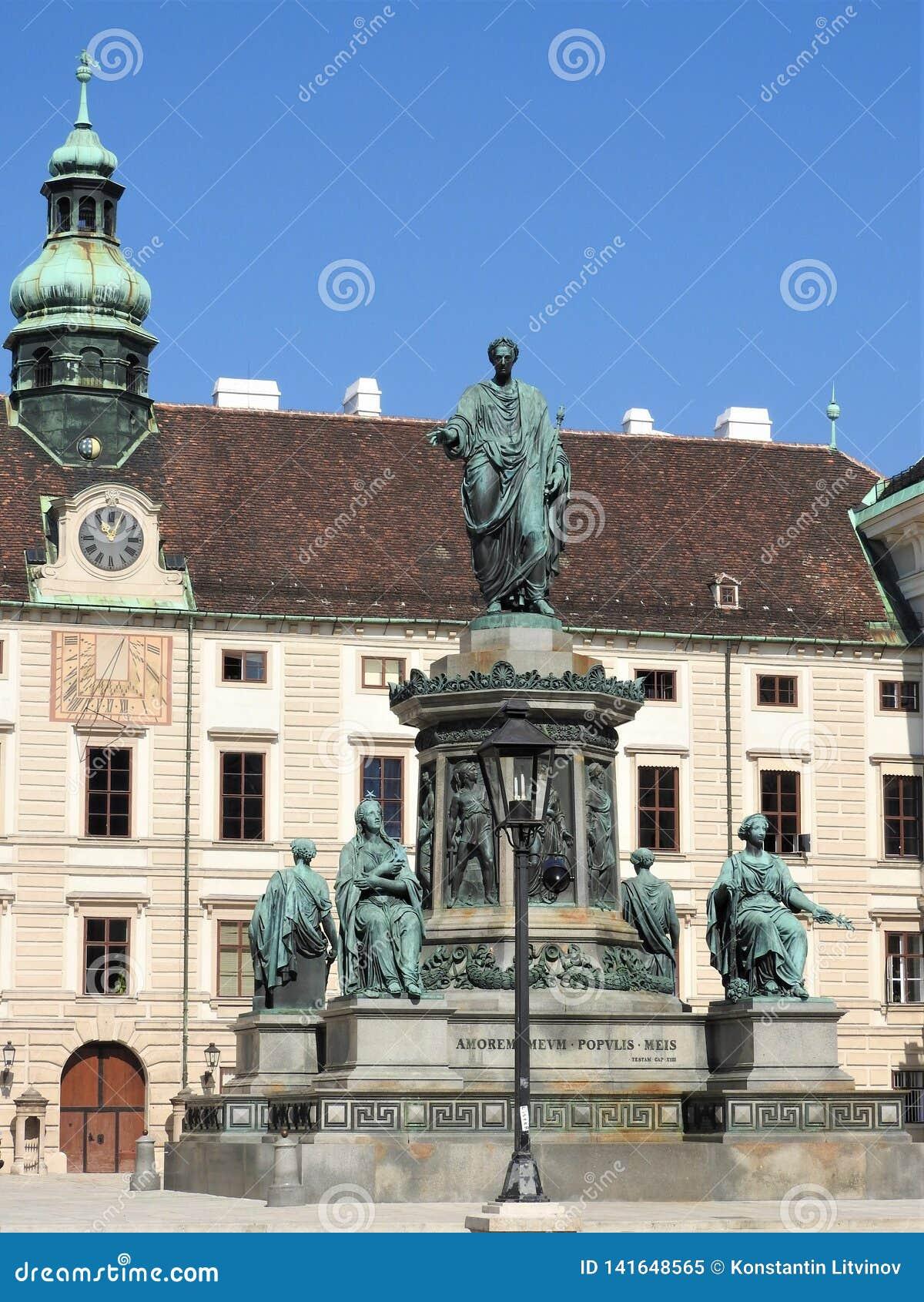 Monumento nel patio del palazzo imperiale di Hofburg a Vienna, Austria