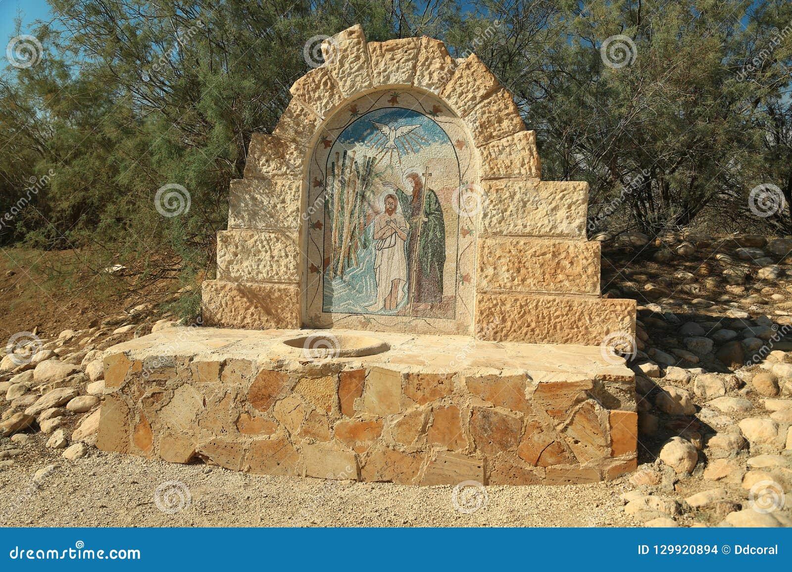 Monumento no lugar histórico do batismo de Jesus Christ em Jorda