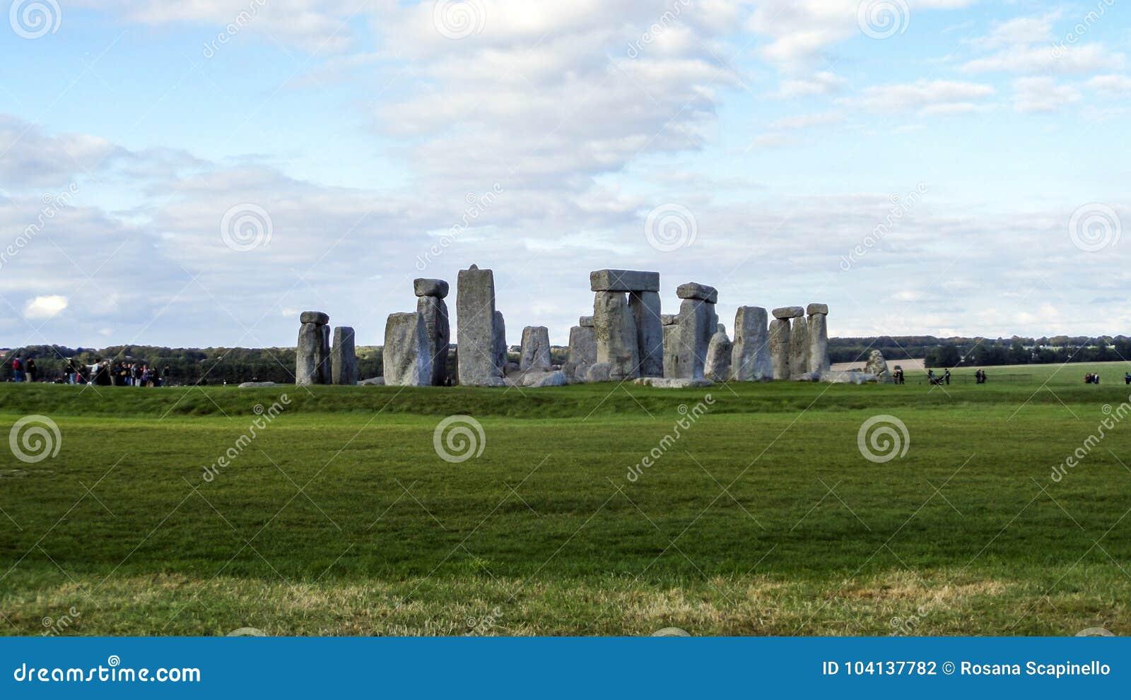 Monumento pré-histórico de Stonehenge, grama verde, céu azul e nuvens, vista panorâmica - Wiltshire, Salisbúria, Inglaterra