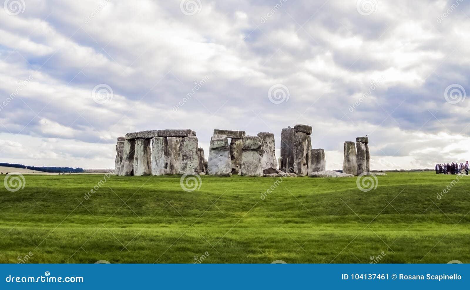 Monumento pré-histórico de Stonehenge, grama verde, nuvens, vista panorâmica - Wiltshire, Salisbúria, Inglaterra