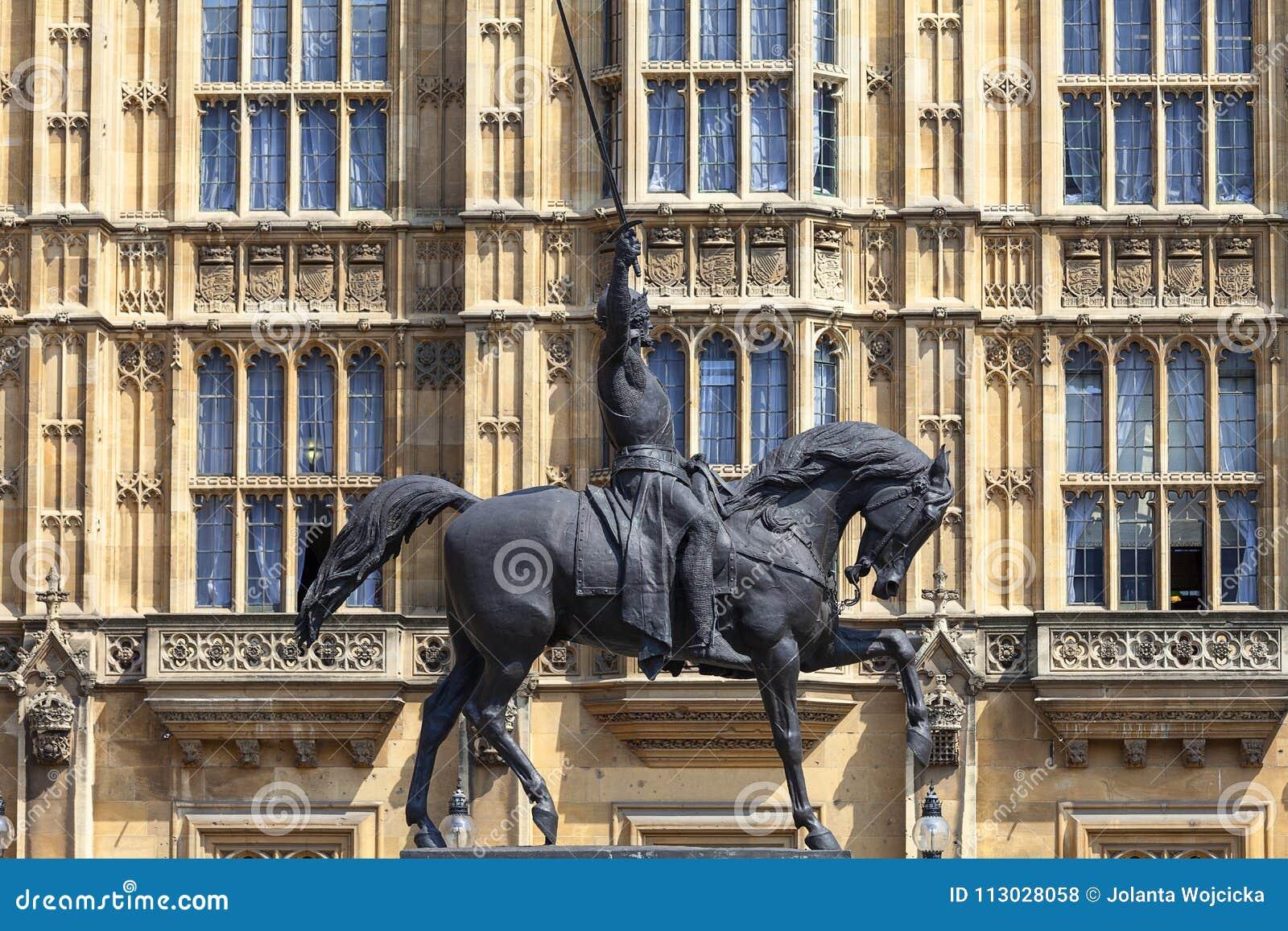Monumento a rey Richard I Lionheart en el caballo, palacio de Westminster, el parlamento, Londres, Reino Unido