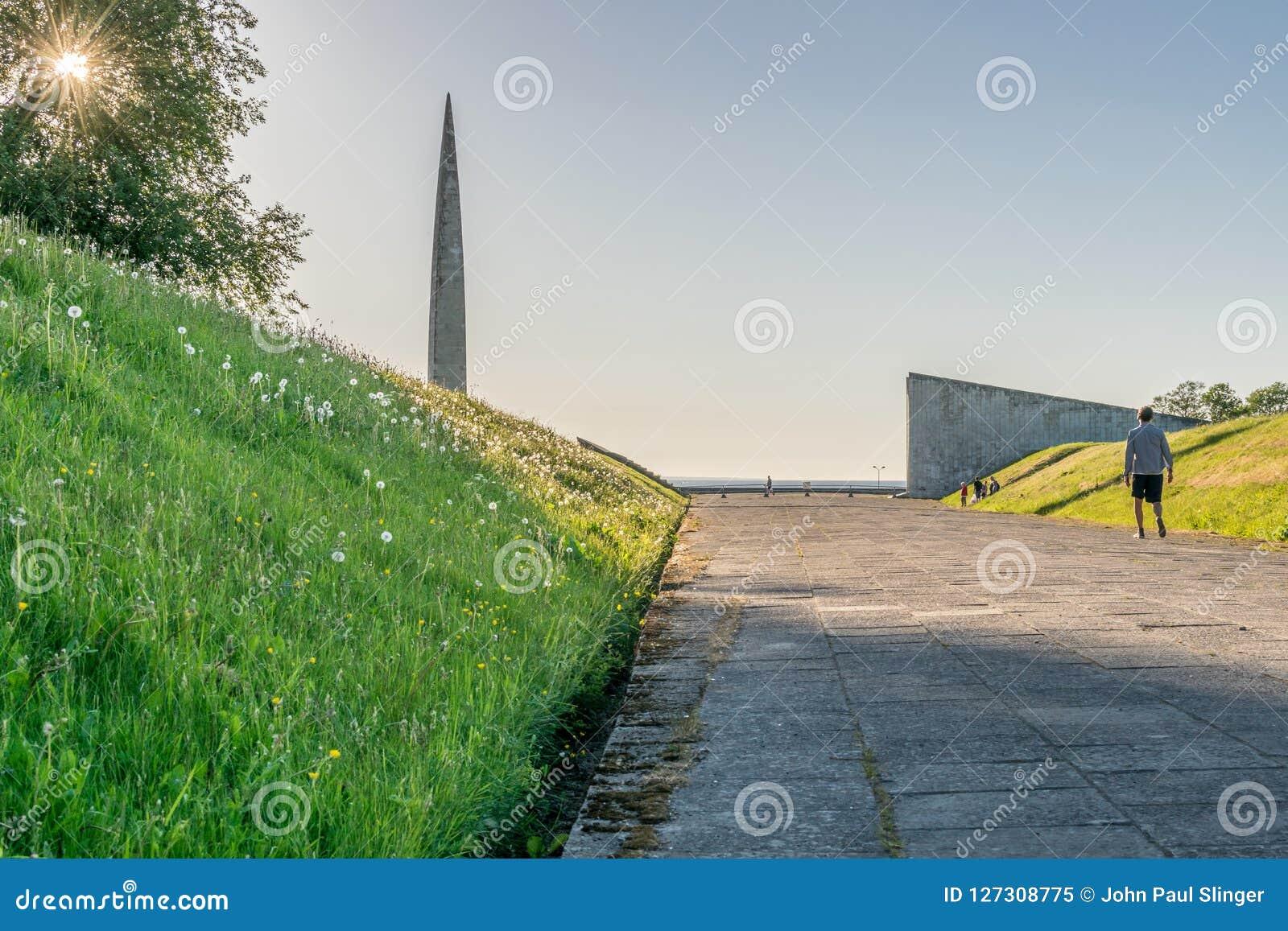 Monumentos e um sol que shinning através de uma árvore