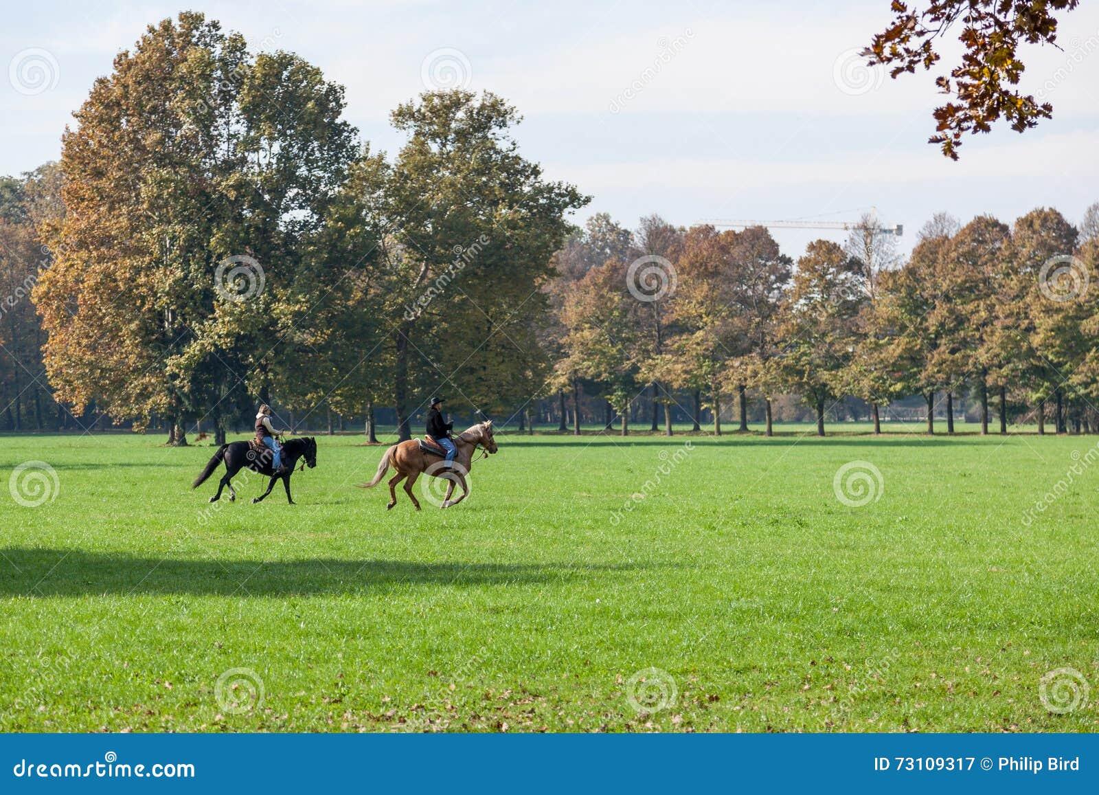 MONZA, ITALY/EUROPE - PAŹDZIERNIK 30: Końska jazda w Parco Di Monz