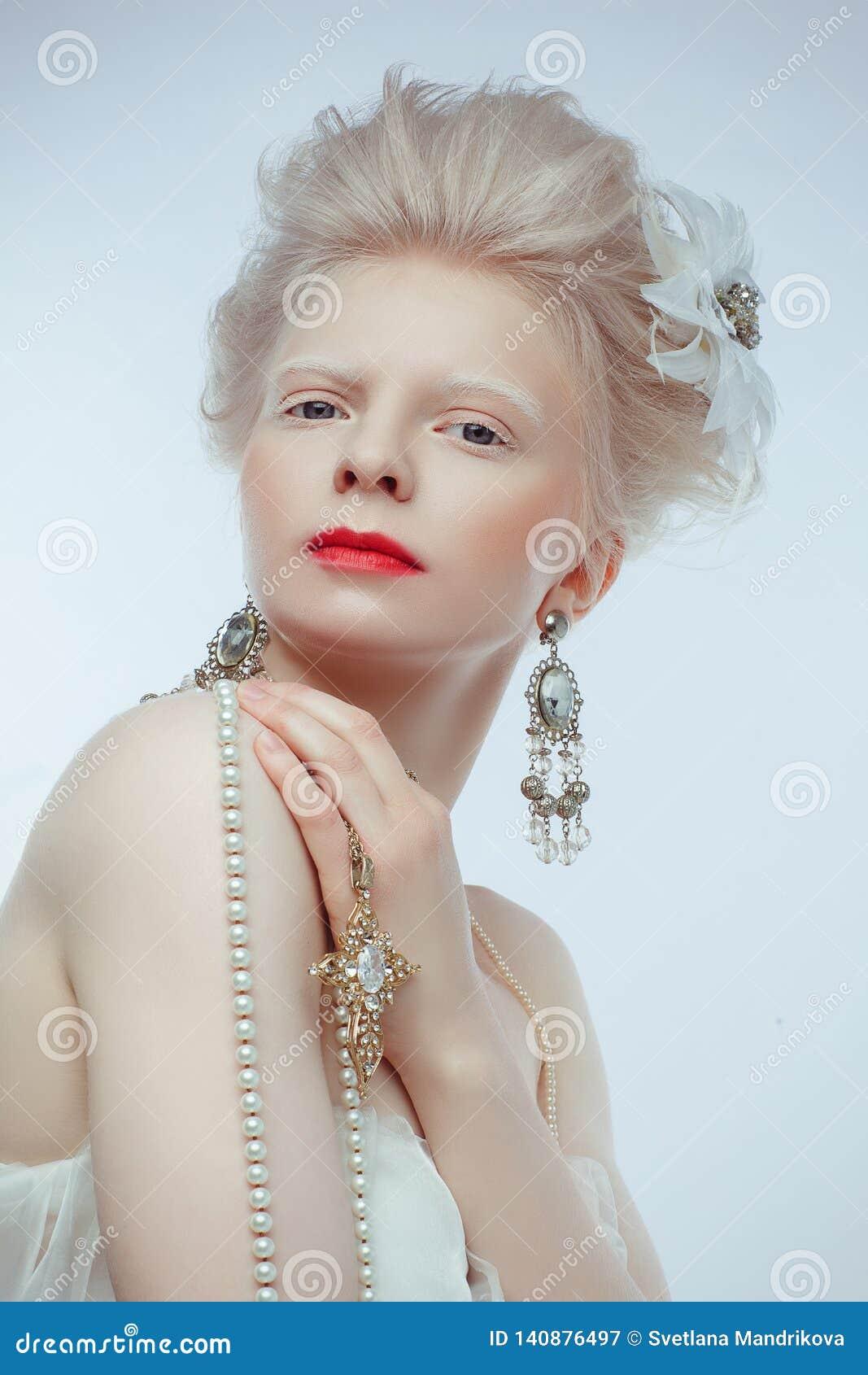 Mooi albinomeisje met rode lippen op witte achtergrond