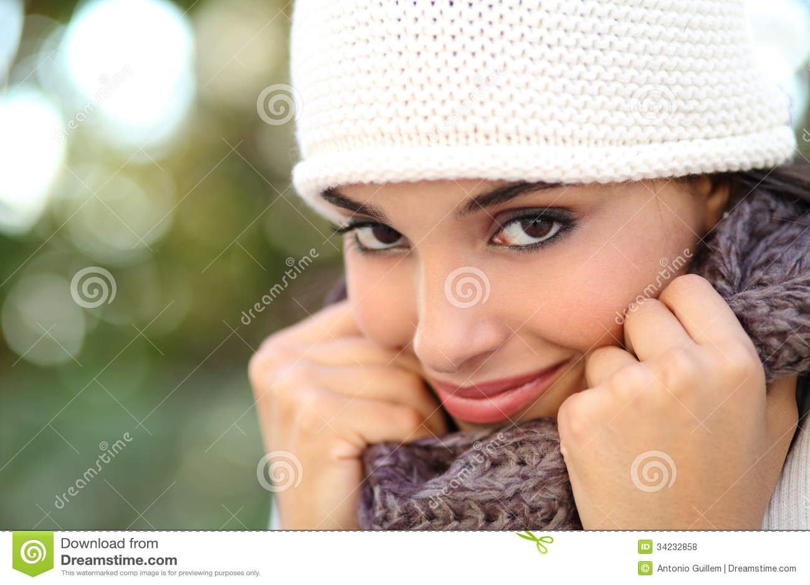 Mooi Arabisch warm gekleed vrouwenportret