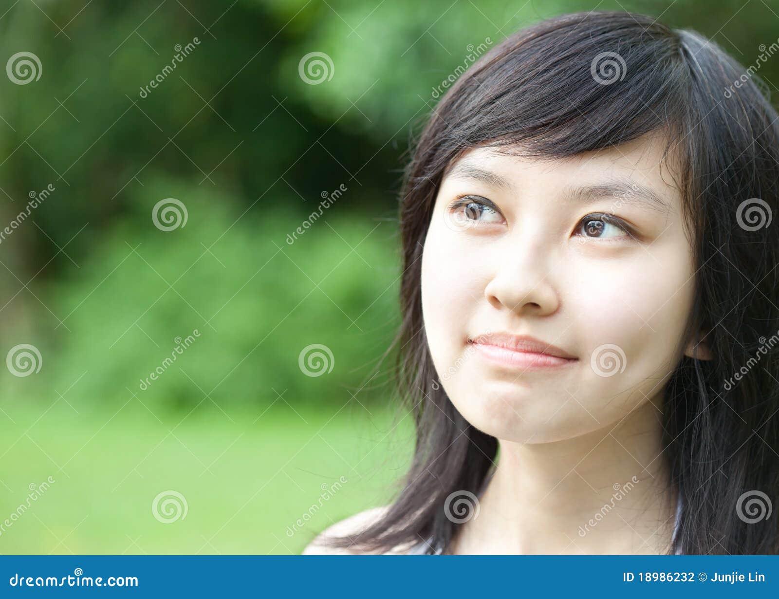 Mooi Aziatisch meisje dat in openlucht lacht