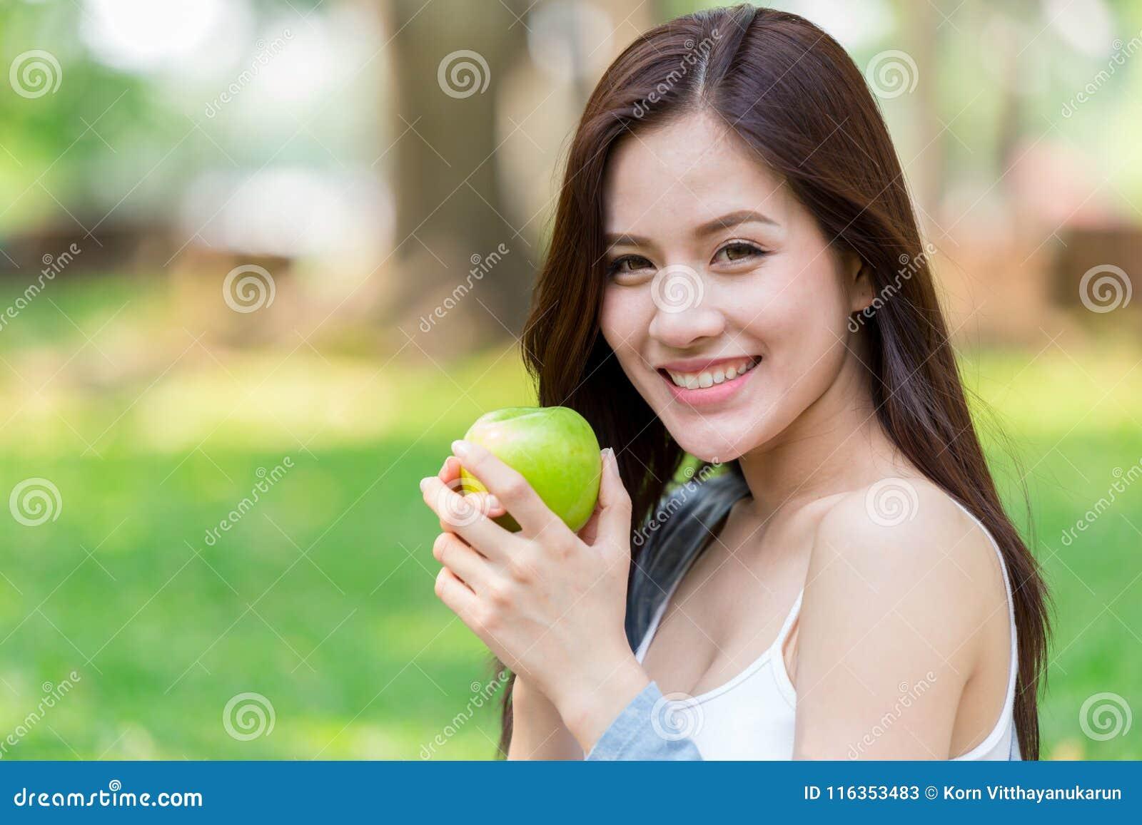 Mooi Aziatisch van de greep Groen Apple van de vrouwen modelhand de voedingsfruit