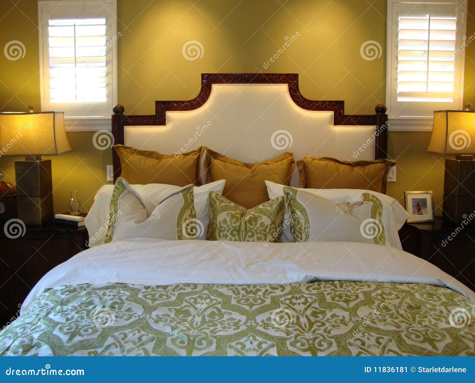 Mooi bed met hoofdkussens stock afbeelding afbeelding 11836181 - Witte hoofdeinde ...