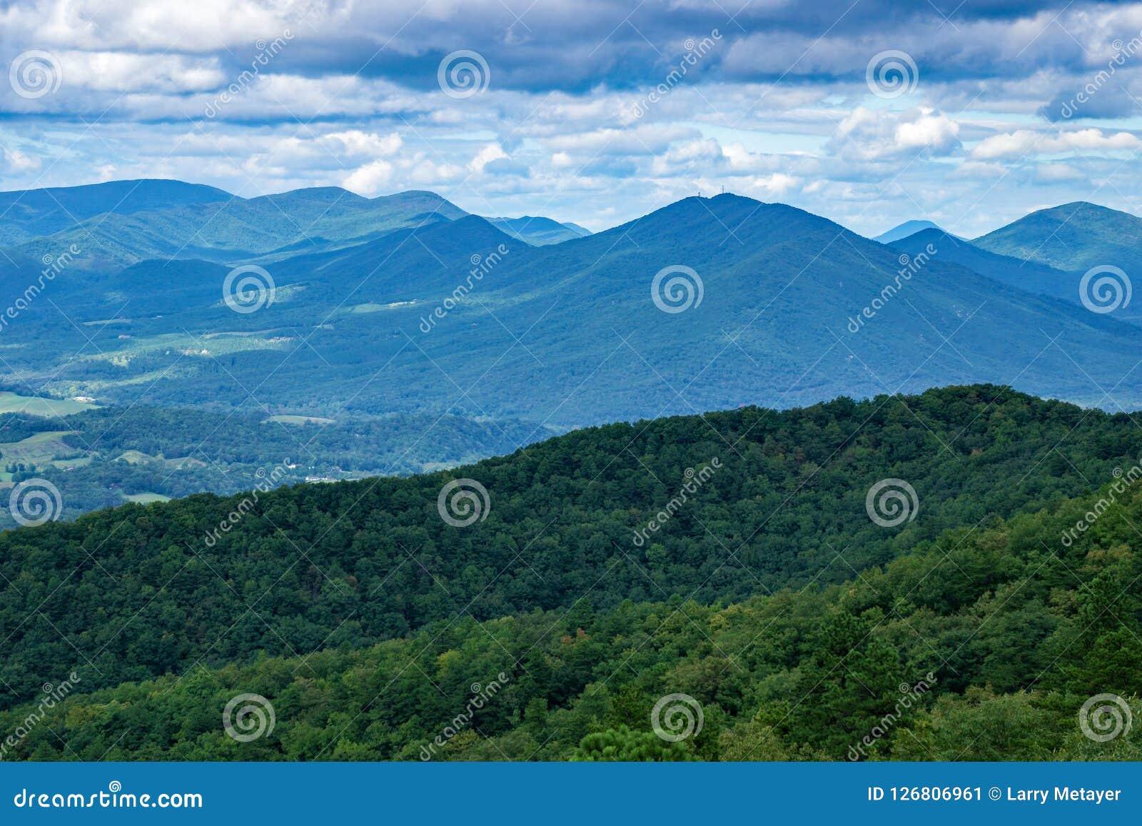 Mooi Blauw Ridge Mountains op een Bewolkte dag