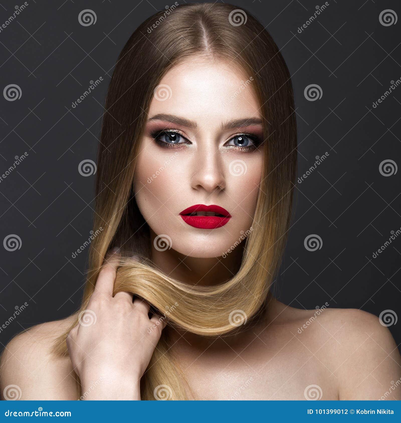 Mooi blond meisje met een volkomen vlot haar, een klassieke samenstelling en rode lippen Het Gezicht van de schoonheid
