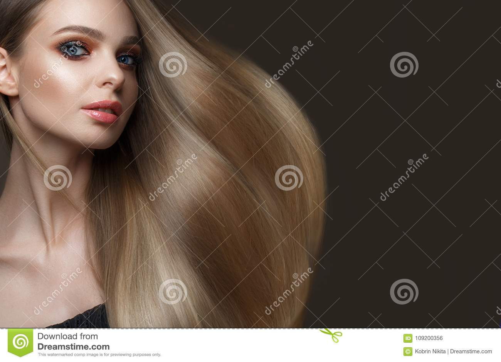 Mooi blond meisje met een volkomen vlot haar, klassieke samenstelling Het Gezicht van de schoonheid