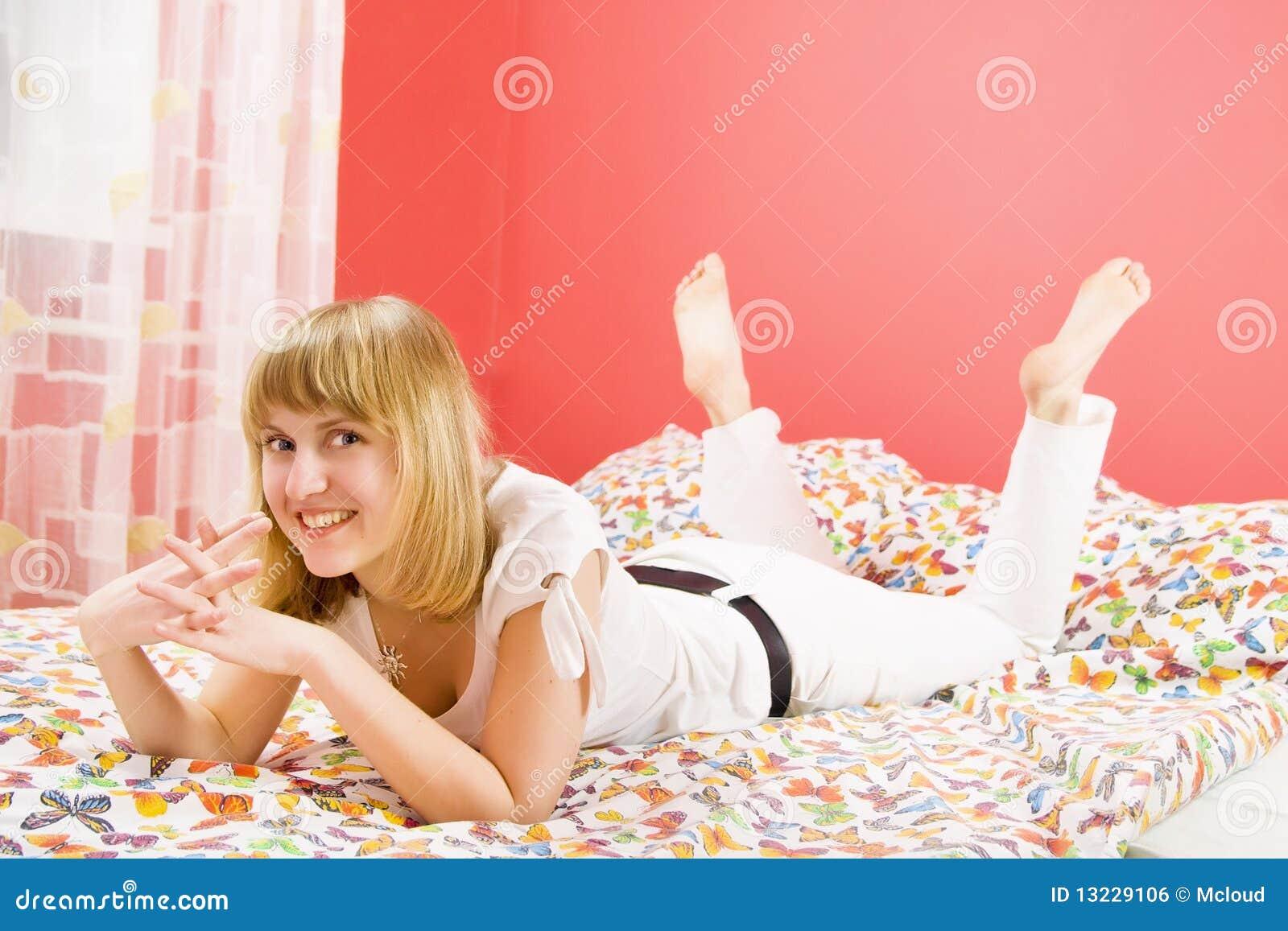 Mooi blonde meisje dat bij bed en het glimlachen ligt stock foto afbeelding 13229106 - Mooi slaapkamer meisje ...