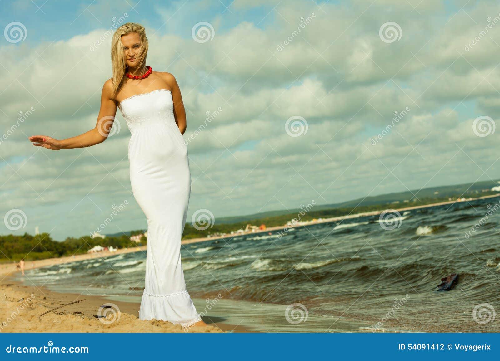 Mooi blondemeisje op strand, zomer