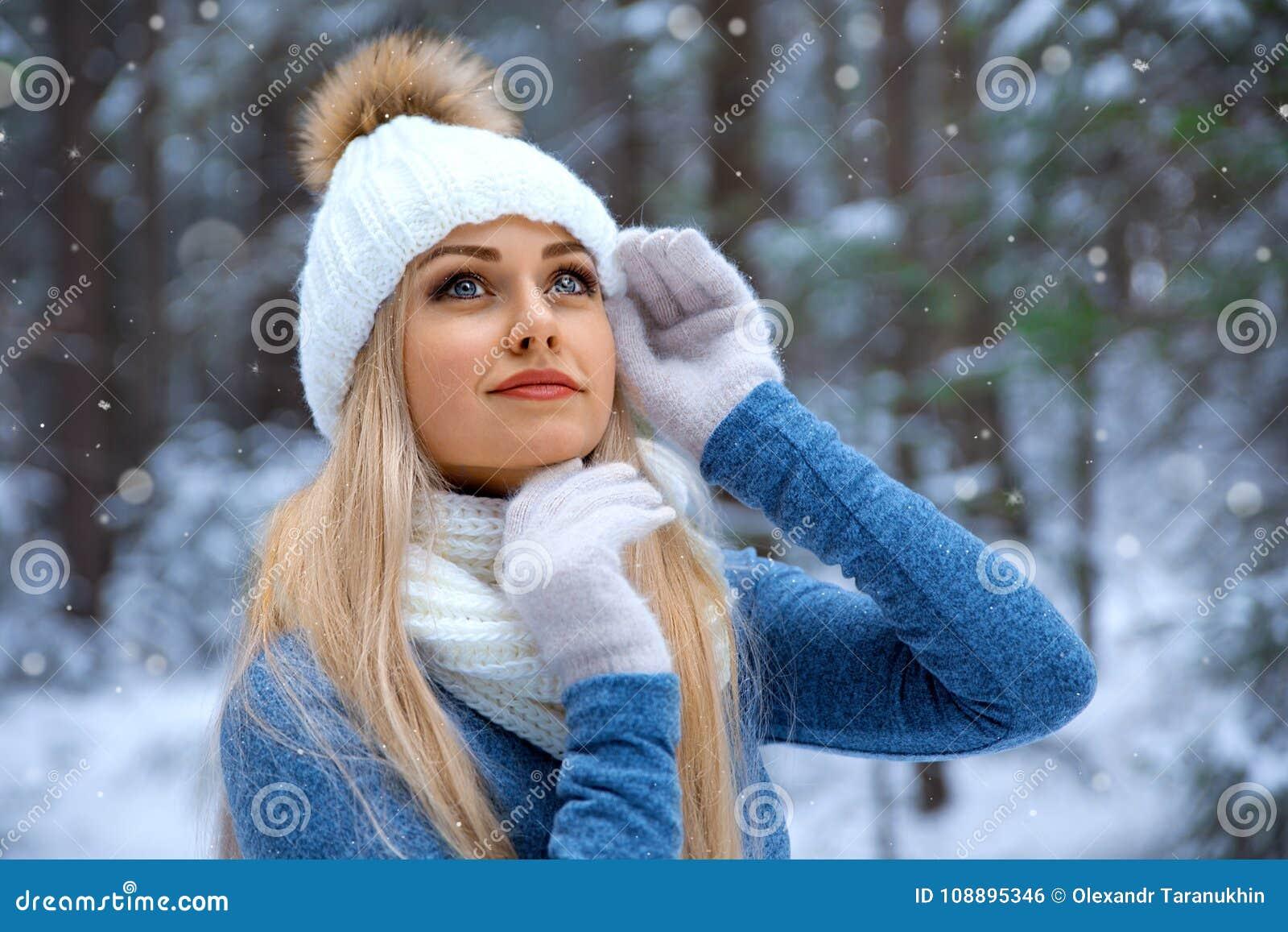 Mooi blondemeisje in rode hoed en handschoenen