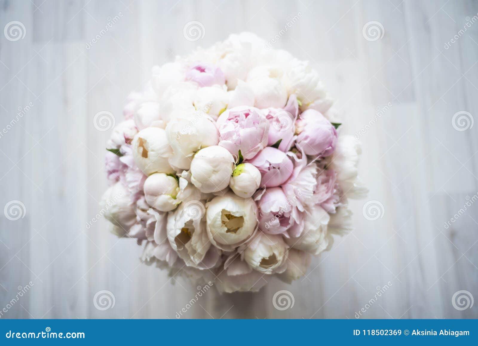 Mooi boeket van roze en witte pioenen in een doos op de vloer De mening vanaf de bovenkant