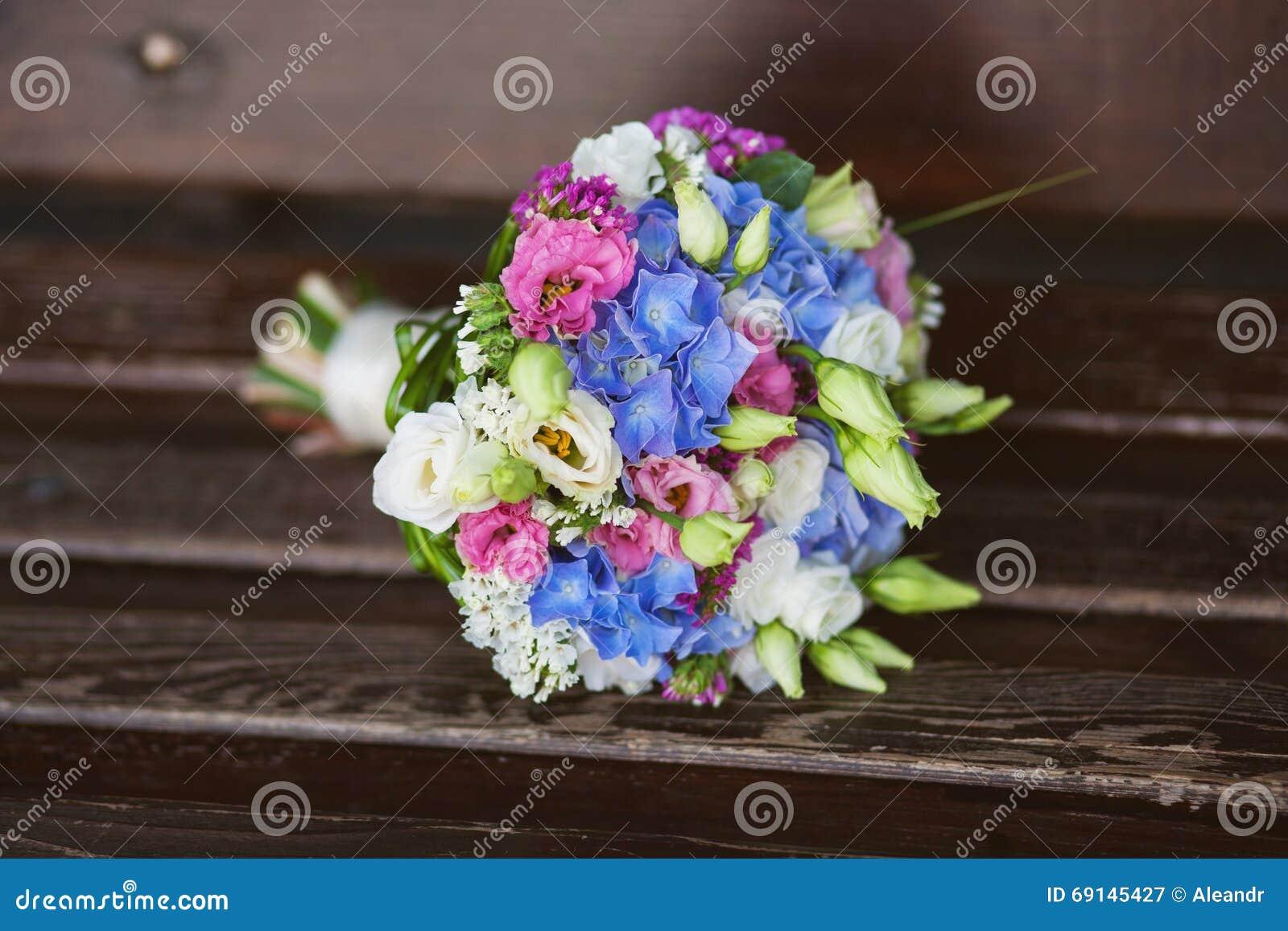 Mooi boeket van verse bloemen bloemen voor bruid of bridesm stock