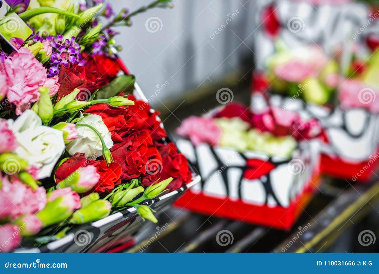 Mooi boeket van verse bloemen in dozen Het concept van de bloemistdienst Het kleinhandels en brutoconcept van de snijbloemopslag