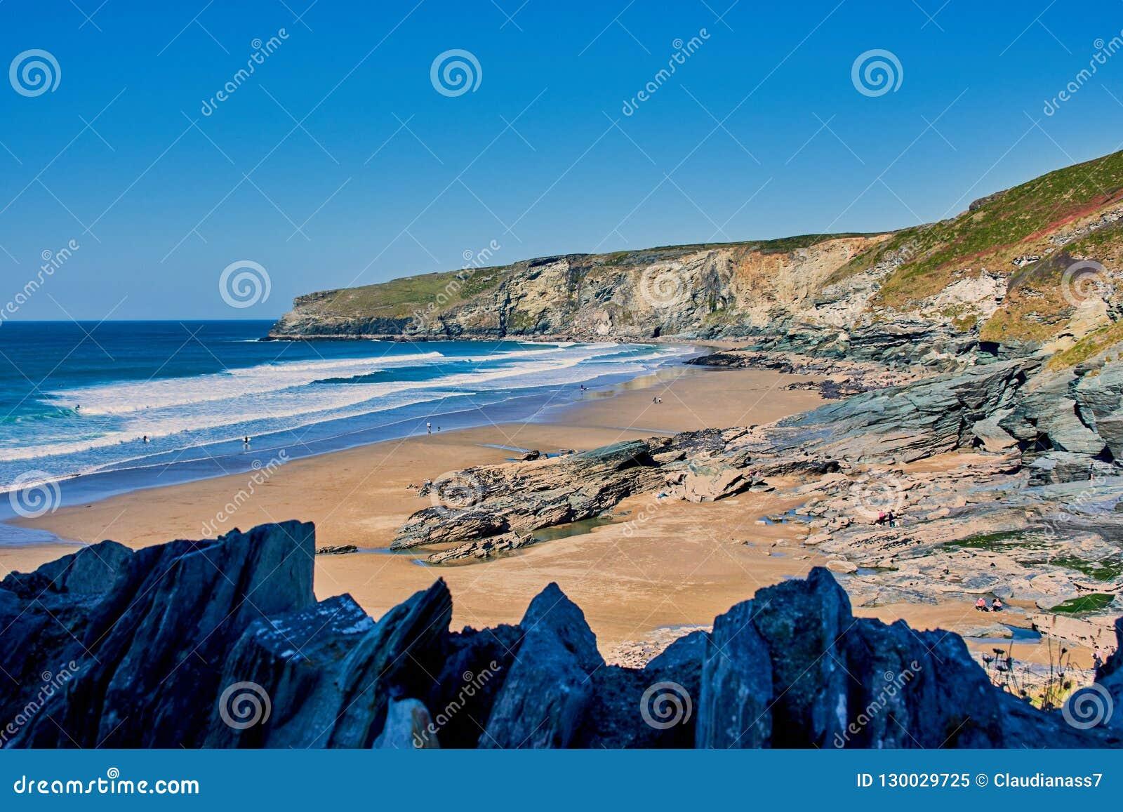Mooi breed strand Trebarwith dichtbij Tintagel, Noord-Cornwall