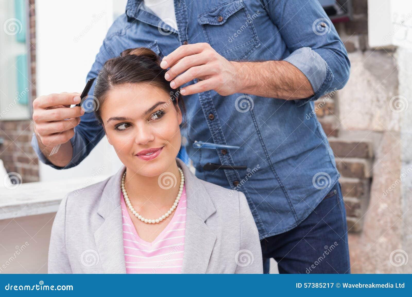 Mooi brunette die haar haar gestileerd krijgen
