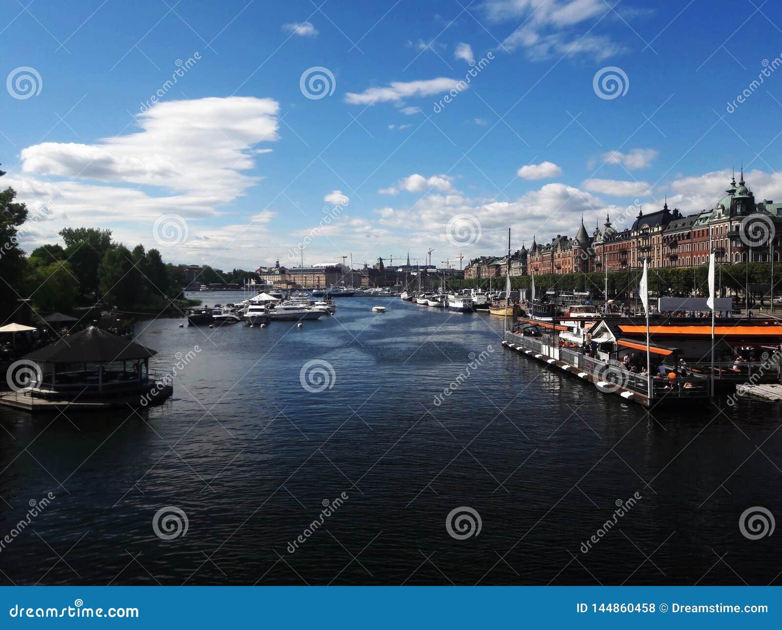 Mooi centrum van het meer van Stockholm, rivier De zomer