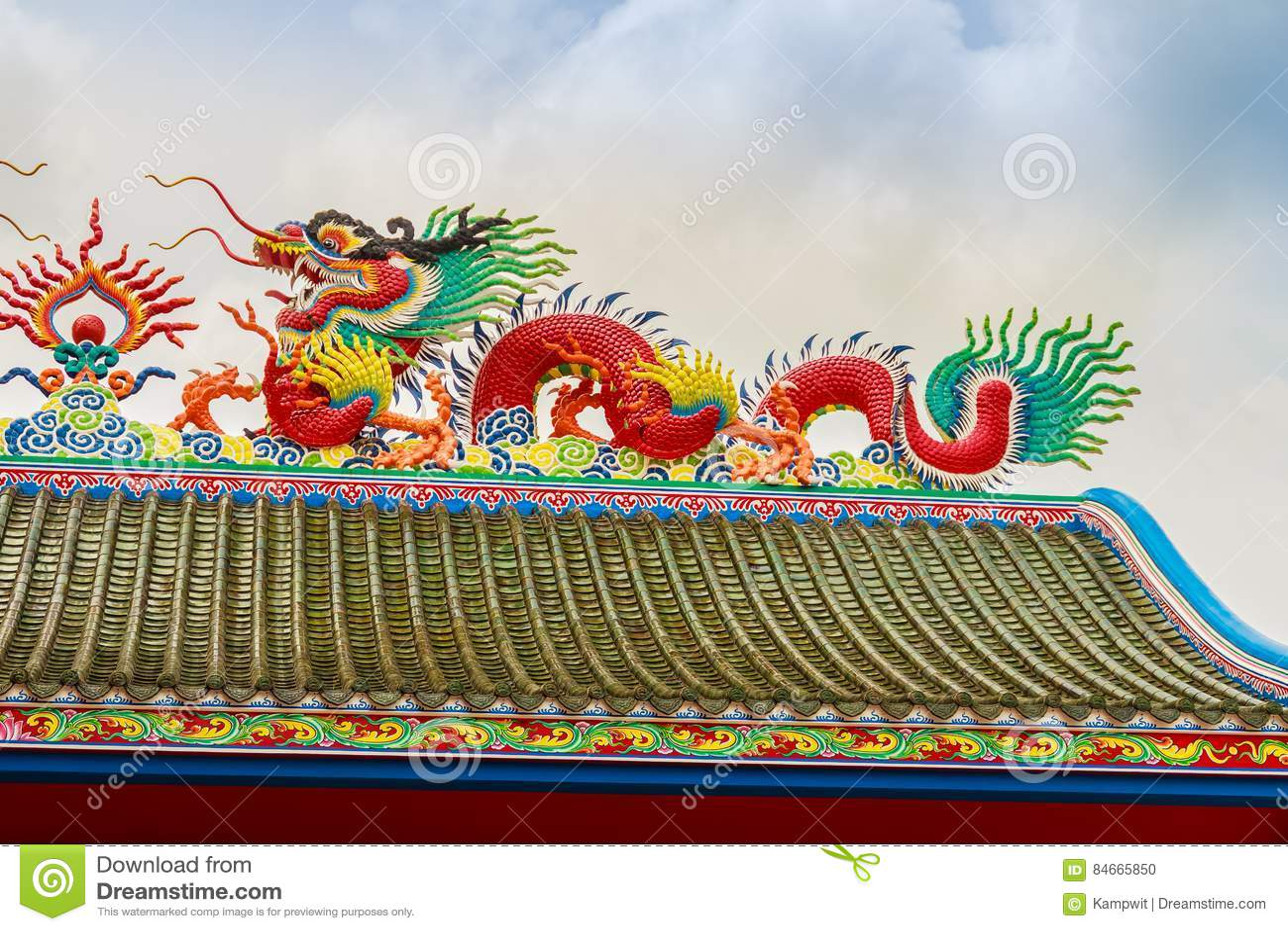 Mooi Chinees drakenbeeldhouwwerk bij de Chinese tempel van Anek Kusala Sala Viharn Sien in Pattaya, Thailand Het was gebouwde in