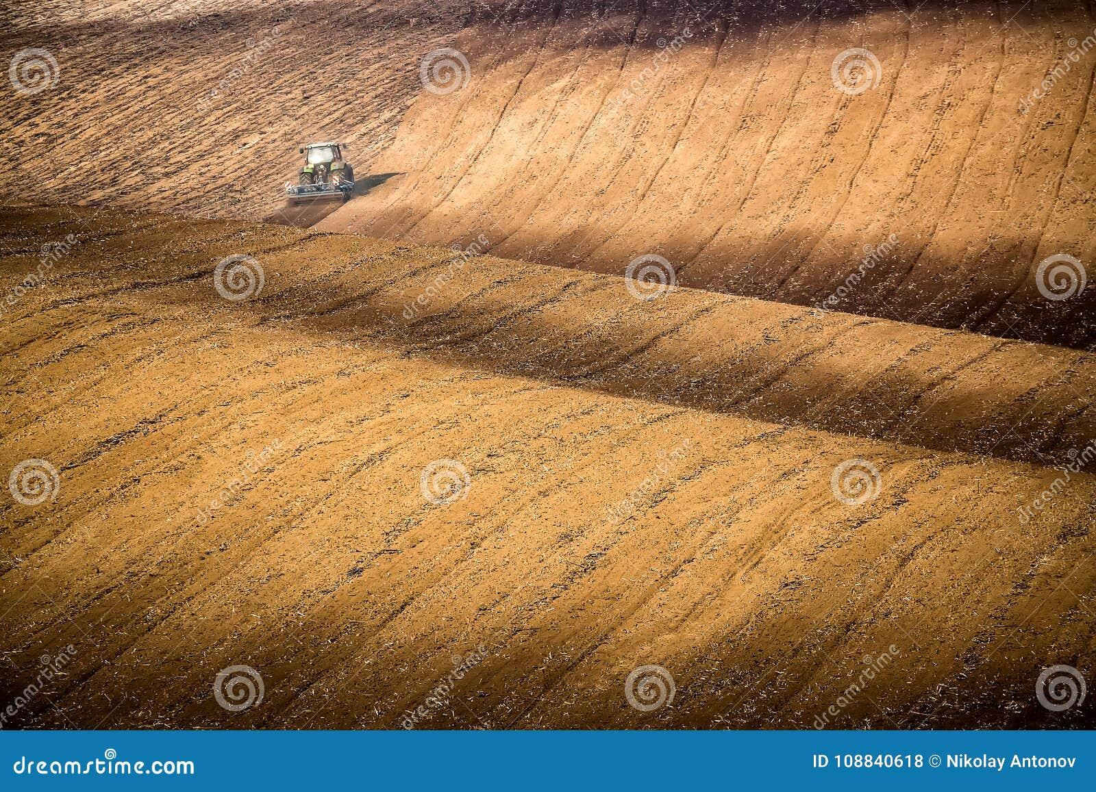 Mooi de herfstlandschap met werkende tractor in Zuid-Moravië, Tsjechische Republiek Landbouw comcept Tsjechisch Toscanië Moravian