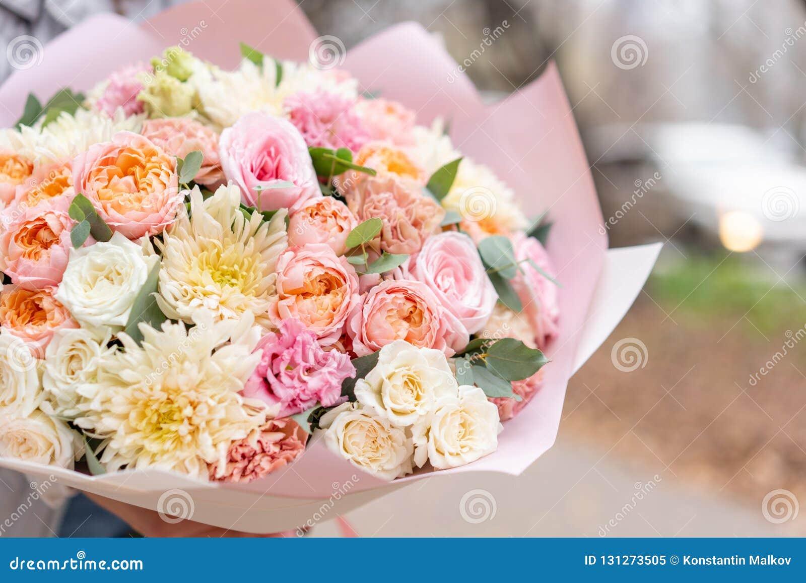 Mooi de lenteboeket in vrouwenhand Regeling met diverse bloemen Het concept een bloemwinkel Een reeks foto s