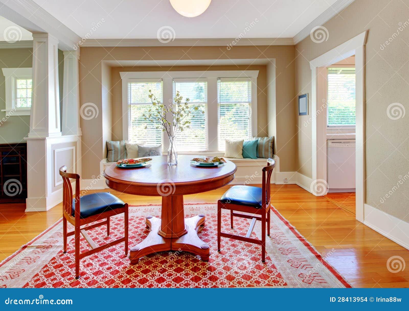 Mooi decor van eetkamer met beige blauw en rood stock foto