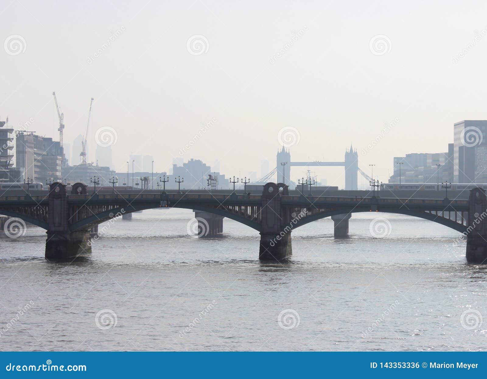 Mooi die Londen tijdens een stadsreis wordt gezien langs de rivier van Theems en beroemde architectuur