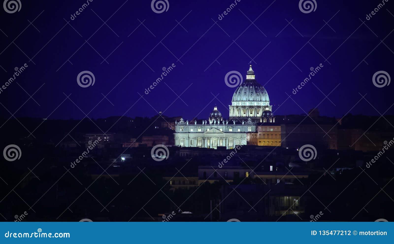 Mooi die schot van St Peter Papal Basilica helder bij nacht, Vatikaan wordt verlicht